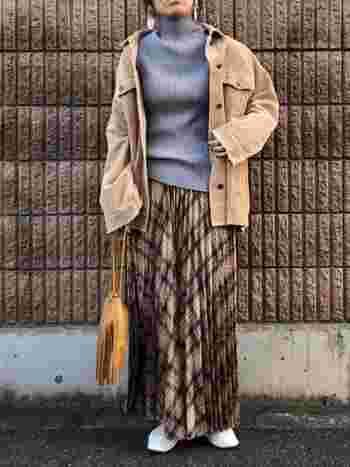 カジュアルに着こなしたいときは、ビックシルエットのジャケットをラフに羽織ってみましょう。ゆるっとしたシルエットがコーデに抜け感をもたらします。