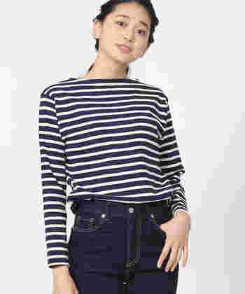 今も昔も、フランスでは老若男女問わず着られている、ボーダーのカットソー。首や鎖骨を華奢に見せてくれる上に、着回しできるバスクシャツも、パリジェンヌの定番アイテムです。
