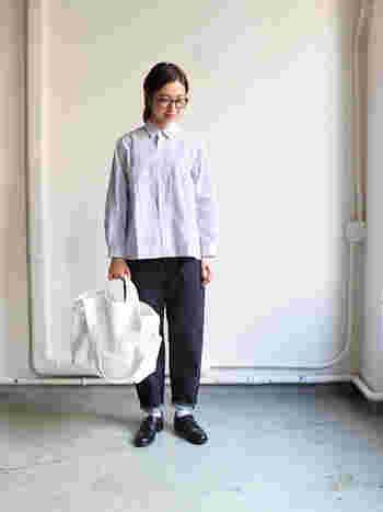 着心地のいいストライプのシャツを一枚でさらっと着こなして。形がきれいなので、裾を出してシルエットを楽しみたい。