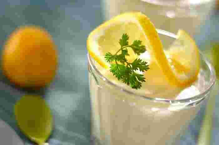 爽やかな味わいのふわふわのレモンムースは、たっぷりのレモン汁を使って作ります。厚みのあるレモンスライスを飾ると、見た目も華やかに仕上がります。