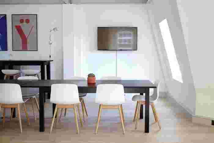 ベースカラーは壁のホワイト、床のナチュラル。メインカラーはダイニングテーブルとカウンター・テーブルのブラックとホワイト。アクセントカラーにレッドやブルーなどトリコロールカラーの例です。 シンプルモダンのなかに躍動感のあるカラーがアクセントになっています。