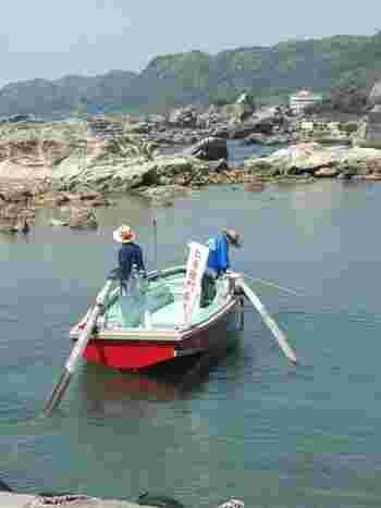 乗り場から島までは約200メートル。ゆったりと進む渡し舟は昔話の世界のよう。