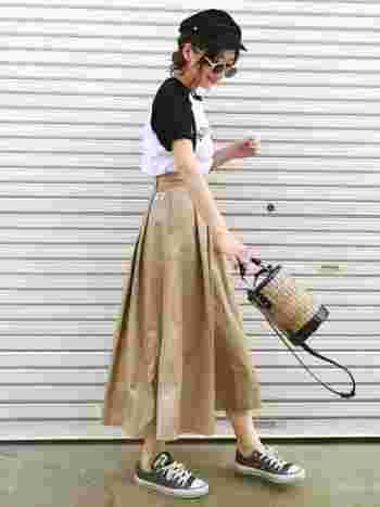 こちらは、フィリピンのバンカンという草で編まれたかごバッグになります。皮を使ったディティールが大人っぽく、縦長のポットのようなシルエットが印象的で可愛いバッグですね♪