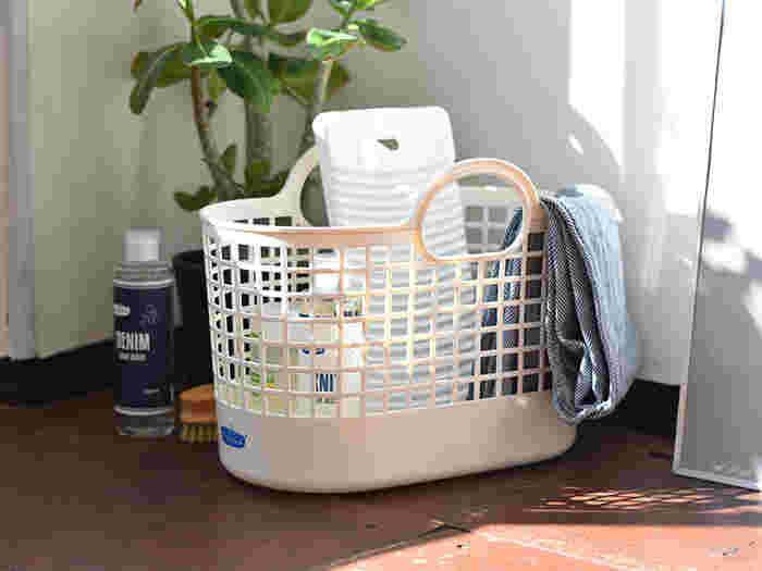 こちらは白地にブルーのロゴマークがおしゃれな『Freddy Leck(フレディ・レック)』のランドリーバスケットです。ポリプロピレンでできた柔らかいバスケットは、軽量で持ち運びしやすく、格子状のデザインで通気性が良いのでサニタリールームの収納にも最適です。こちらの写真のように、洗剤や洗濯板などをまとめるための収納かごとしても活躍してくれます。