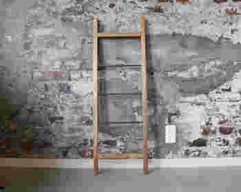ディスプレイも自由に。幅や木材の種類を変えれば、違う風合いにもなります。ホームセンターで手に入れられる材料なので、気軽に作れるのがイイですね!
