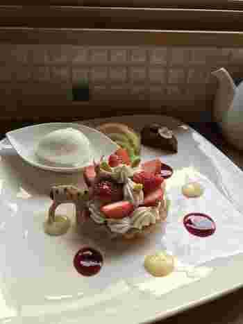 オーナーパティシエの村岡さんは、大阪のリーガロイヤルホテルや神戸のANAクラウンプラザ(旧新神戸オリエンタルホテル)の製菓部門の料理長を歴任し、兵庫栄養専門学校の製菓の責任者を務めた実績のある方。提供するデザートは、繊細で美しく、想像以上のおいしさと絶賛されるほどです。