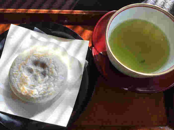 """かさの家のおすすめメニューは「茶柱縁起茶セット」。緑茶には茶柱が立っています。これはかさの家の""""太宰府を訪れた人にいいことがありますように""""という願いから。とても縁起のいい緑茶には梅ヶ枝餅が付いてきます。焼きたての梅ヶ枝餅は格別です。太宰府天満宮を訪れた際は、ぜひ立ち寄ってみてくださいね♪"""