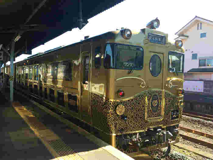 """2015年に運行を開始した豪華列車「ななつ星」に次ぐ豪華列車と評される「或る列車」。明治39年にアメリカに豪華列車を発注するも、実際に運行することはなかった「九州鉄道ブリル客車」。通称""""或る列車""""と呼ばれていた幻の列車をJR九州が100年の時を経て、現代に蘇らせました。運行ルートは時期によって異なり、大分駅~日田駅の「大分コース」と佐世保駅~長崎駅の「長崎コース」の2種類があります。"""
