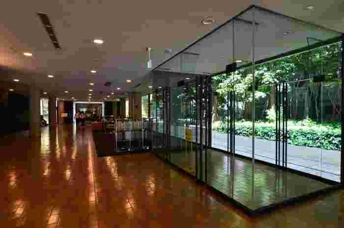 機能的で明快なデザインが特徴のル・コルビュジエ建築。国立西洋美術館のエントランスは一面ガラスになっており、開放感のある空間が広がっています。