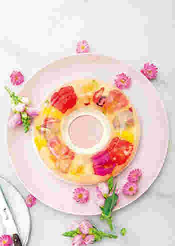 白ワインゼリーとヨーグルトムースの2層仕立のデザート。エディブルフラワーをゼリーとムースの間に挟んで、固めています。ツヤツヤと光るゼリーが、雨に濡れた花のような可憐な印象です。
