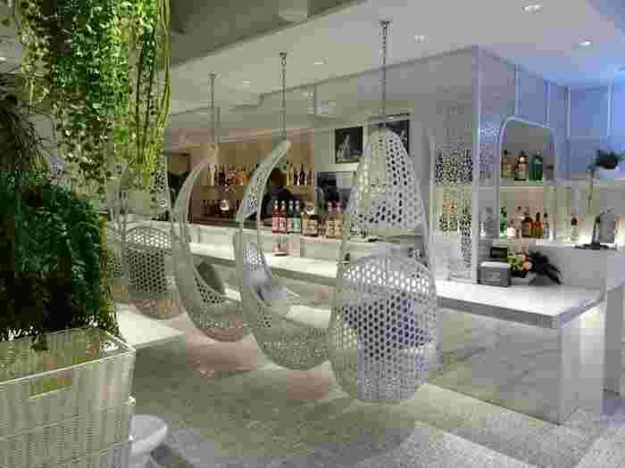 ソフトクリーム専門店『MiLKs(ミルクス)』は、恵比寿駅近くにある新感覚のソフトクリームが楽しめるお店。白を基調にしたインテリアが並ぶ店内はとってもお洒落!カウンターにある椅子は、なんとブランコになっているんです♪