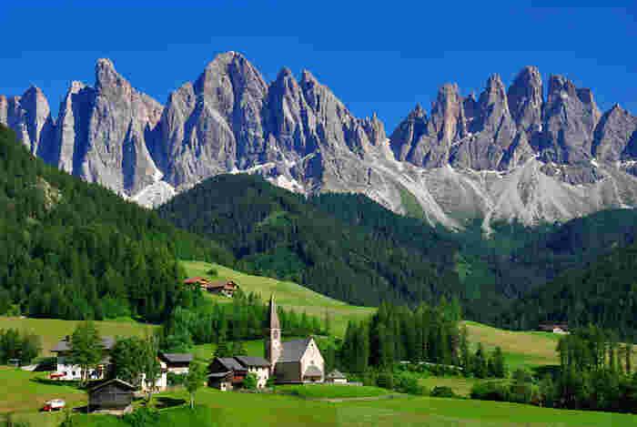 日本ではあまり馴染みがない北イタリアの「ドロミーティ」はドロミテとも呼ばれ、独特な岩石と美しい牧草地帯が世界自然遺産に登録されています。西部にある「フネスの谷」の景色は圧巻の美しさ。牧草が広がる村に建つ教会が素敵です。