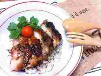 鶏むね肉を一晩、醤油麹に漬け込んでおけば、あとは焼いて味つけするだけ。簡単です。