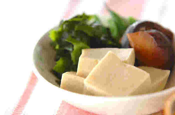 木綿豆腐を凍らせて、低温熟成させた後に乾燥させたものが高野豆腐です。なので木綿豆腐以上に各種栄養成分がぎゅっと凝縮されているのです。タンパク質やカルシウム、鉄分などの栄養が大変豊富。さらに「保存性」も非常に高いのがポイント。 煮物が定番ですが、炒め物や揚げ物にも合います。