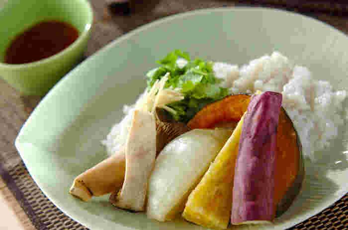 こちらはモチ米を使用したモチモチのおこわに、彩り豊かな蒸し野菜を添えたヘルシーな一品。おこわと蒸し野菜は一度に調理できるので、時短で簡単に美味しい料理が作れます。お野菜の代わりに白身魚でも美味しいそうですよ◎。