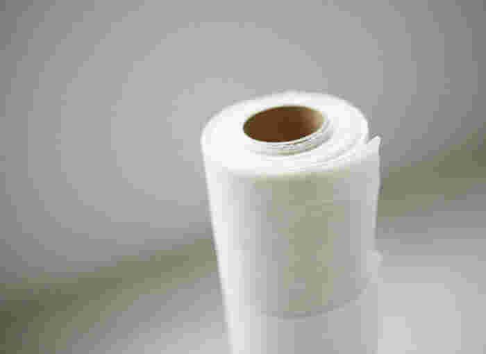 さらし木綿は、最初からカットされているものもありますが、反物状になっていて自分で好きな大きさにカットするのが主流です。ハサミで少しだけ切れ目を入れて、あとは手でビリビリッと裂けばOK。