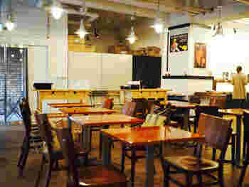 手前がカフェエリア、右奥がベーカリーコーナー。ランチの評判もとても良く、お昼時はほとんど満席なんだとか。店内は地下でも窓から入る日差しのおかげで明るい雰囲気。