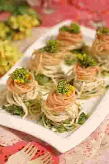 三色の菱餅ならぬ、三色パスタ。こんなに綺麗に盛り付けられていたら、食べるのがなんだかもったいなくなってきますね。 ピンクはたらこ、白はクリームチーズ、緑は菜の花のパスタとなっています。