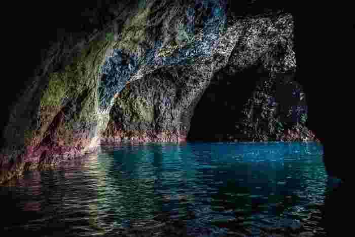 こちらが青の洞窟の内部。洞窟の中で見る海の色は、地上とは異なる神秘的な深い色合い。