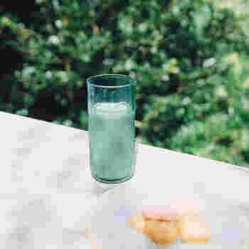 爽やかな色合いと透明感が涼しげなハンドメイドタンブラー。丸い凹凸模様がアクセントになっていて、光の当たり具合によってさまざまな表情を楽しめるのが魅力的。冷たい飲み物がよく似合います。