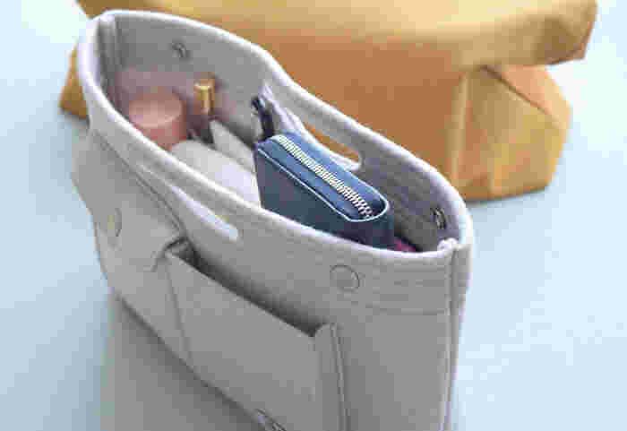 バッグインバッグはナイロンやフェルト、コットンなど様々な素材のものが販売されています。外側、内側のポケットの有無も入れたいものによって、使い勝手がちがってきます。手触りやポケットの配置など、好みのものに出会えたら、長く使い続けられそうです。