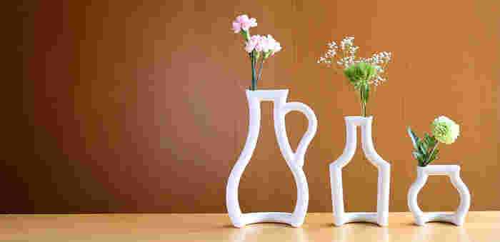 """水差しや酒瓶などがモチーフになった、ユニークな一輪挿し「still green」。""""日本六古窯(ろっこよう)""""と呼ばれる伝統的な焼き物の産地・瀬戸のブランド「ceramic japan(セラミックジャパン)」の作品です。"""