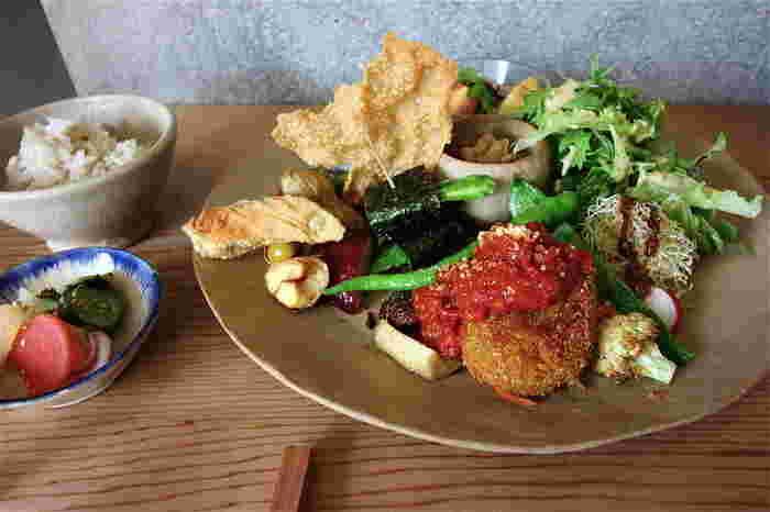 """無添加・無農薬のものを出来るだけ使い、全て植物性の食材で作っています。こちらの「光兎ごはんプレート」は、野菜の旨みを生かし様々な調理法を駆使して、""""ご馳走""""を食べた満足感を得られます。「玄米カレープレート」などもあります。"""
