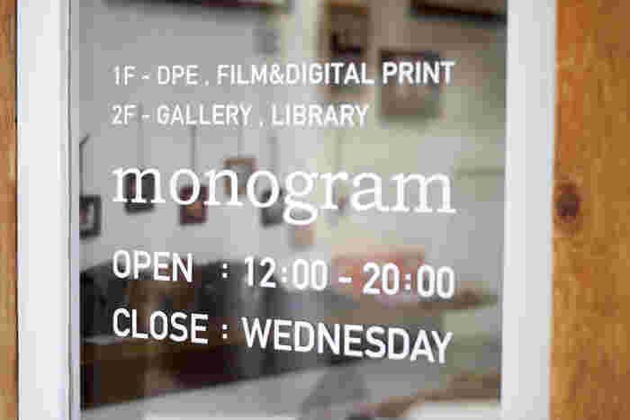一見して写真店だとは分からないほどの瀟洒な店構え。窓ガラスにさりげなく描かれた「monogram」の文字が目印。