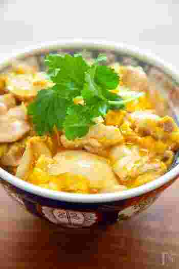 親子丼も、鶏もも肉が欠かせない定番料理ですね。ふんわり卵でとじて、プロの味を再現してみてください。このレシピの下味の付け方や卵の使い方は必見ですよ。