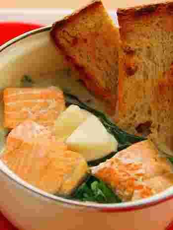 チーズフォンデュとは一味違う、チーズ鍋です。とろんと絡みつくチーズがたまりません。チーズはお好きな味で試してみてくださいね。〆はリゾットにしてもパスタにしても美味しそうです。