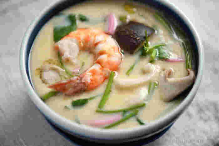 小田巻蒸しは、うどん入りの茶碗蒸しで、大阪の郷土料理。繊細な味わいを持ちながら食べ応えもあり、年代を問わず喜ばれます。えびは殻付きのままさっと塩ゆでし、尻尾を残して一緒に入れると彩りのアクセントになりますね。