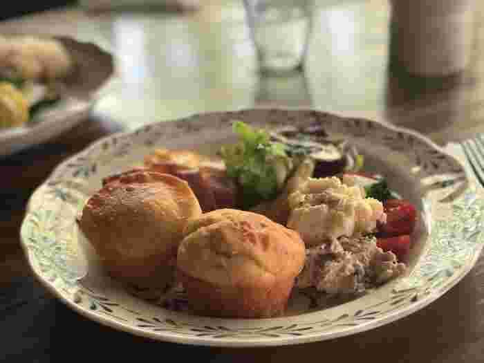 人気のマフィンサンドは、お食事系。サラダやツナ、卵、ベーコンが添えられていてランチにもぴったりです。マフィンが温めてあるのもうれしい心遣い。