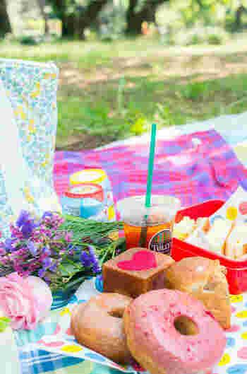 必須のものから、「あると嬉しい」応用的なものまで、ピクニックに持って行きたいアイテムをご紹介しました。とはいえ、片肘はらずに出かけられるのがピクニックの魅力。例えばレジャーシート1枚だけを持って、カフェでテイクアウトしたランチを公園で広げるだけでもピクニックは楽しめます。晴れた日には、あなたも友だちや家族と、陽ざしの下へ出かけてみませんか?