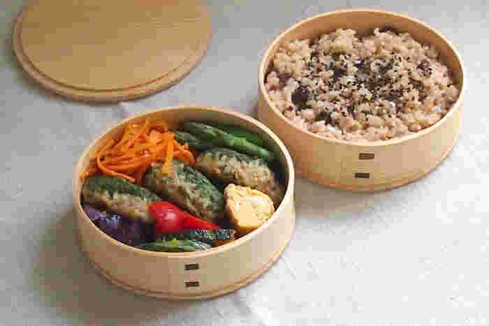 まん丸のかたちが可愛らしい天然秋田杉の曲げわっぱのお弁当箱は、蓋をちょこんとのせるタイプ。まるで料亭のお弁当のような上品さが醸し出されています。