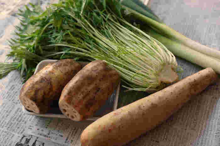 水菜は冬の青菜の代表格。旬の長ねぎは甘みが強く、鍋物から薬味まで冬の食卓には欠かせない野菜です。根菜類は今の時季に旬を迎えるものが多いですが、今回は「見通しがきく」と、縁起物でもあるれんこんと、消化の良い食材として知られる長芋を用意。