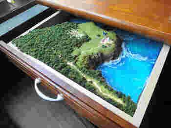 ほかにも水槽のある席や独立スペースもあり、机の引き出しを開けるとジオラマなど、わくわくする世界観が広がっています。
