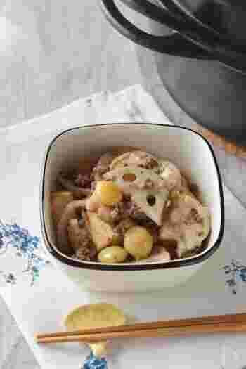 レンコンのシャキシャキ感と、厚揚げのふっくら感を楽しむレシピ。牛ひき肉が加わることでコクと旨みがアップ。