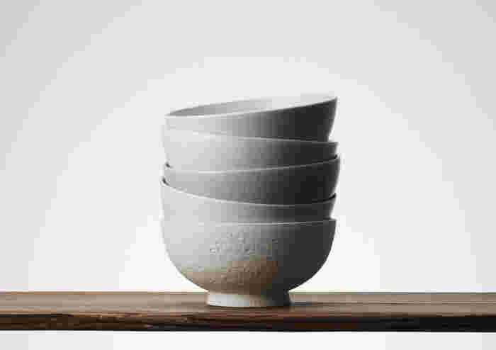 人の手に持ちやすい形を追求したという、「THE 飯茶碗」。大きすぎず、小さすぎず、自然に手に馴染みます。有田焼や信楽焼など5つの中から好きな物を選ぶことができ、それぞれの特徴を楽しめます。写真のように、産地ごとに集めてみるのもおすすめ。毎日食べるお米だからこそ、お茶碗にもこだわりたいですね。