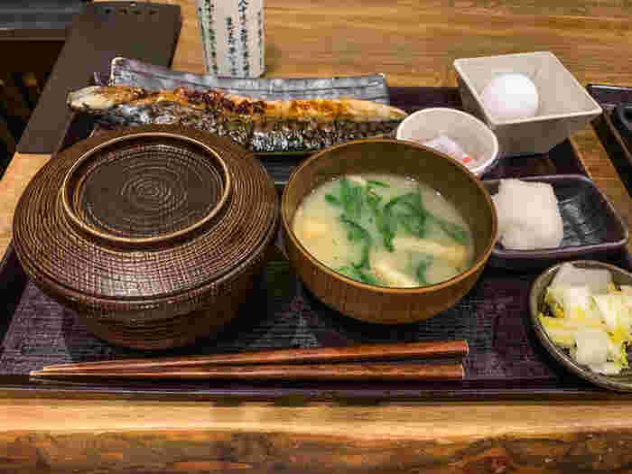 ランチメニューはあじの開き、サーモンハラス干し、さわら西京焼き、あこう鯛など魚の種類も豊富です。