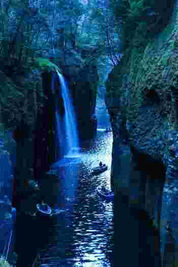 常に高い人気を誇る宮崎県の高千穂峡にある、日本屈指のパワースポットといえばこちら!阿蘇の溶岩が流れて浸食されてできた渓谷に流れる真名井の滝(まないのたき)は、ボートから見上げる眺めも格別。日本の滝100選にも選ばれています。