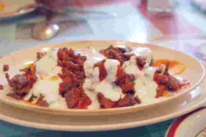 トルコ料理といえば、ケバブ。濃い味のお肉の上に載った白いソースはヨーグルトです。ヨーグルトの酸味を使って、肉の脂っぽさをマイルドにしています。屋台とはまた違った美味しさが味わえそう♪