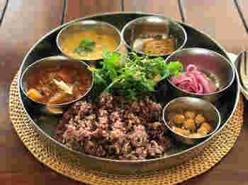 こちらは、インドの定食「ミニミールス」。カレー2種にサラダ類、ライスのセットはスパイスが効いていながらも、食材のやさしさを感じる味です。