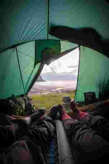 軽視してはいけないのが「マット」です。凸凹の地面でも寝心地良く、断熱効果もあるため冷えからも守ってくれます。居心地の良いキャンプにするために、寝心地もしっかり確保しましょう。