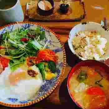 朝ごはんはパンよりご飯派!という方には、季節の炊き込みご飯がついた和食朝ごはんがおすすめ。野菜たっぷりのヘルシー朝ごはんをいただけば、朝から元気に動けそう。