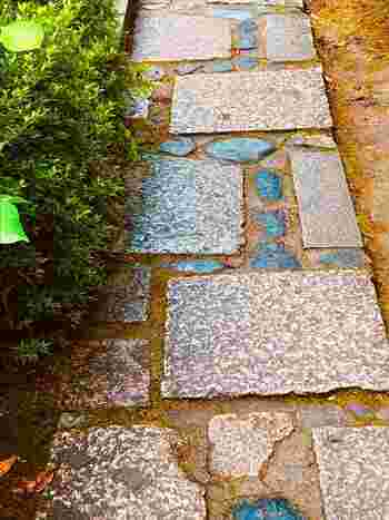 侘び寂びのある日本庭園に憧れるけど、全体を日本庭園風にするのは難しそう…。そんな人は、ピンポイントで「和」の要素を入れてみましょう。例えばこんな石畳も、近くで見ると趣がありますが、引いてみると庭全体に馴染んでくれます。