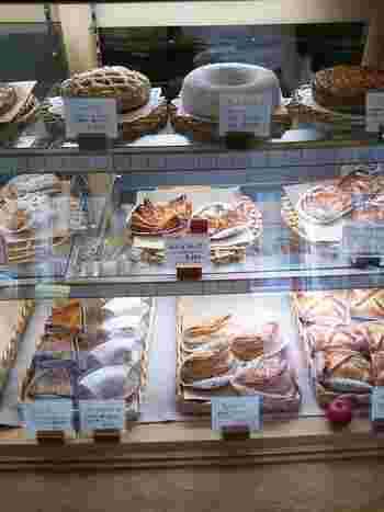 どっしり季節のフルーツが入ったパイや、どこか懐かしい味わいのニンジンケーキなど様々な種類が並んでいます。パンの焼き上がり時間も教えてくれるので、隣のカフェで焼き上がりを待ちながらお茶やサンドイッチ、ケーキをいただくなんて粋な事もできちゃいます。