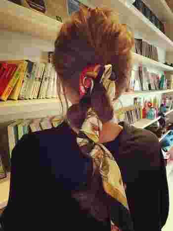 スカーフを一緒に編み込んだスタイル。後ろ姿にも注目が集まりそうです。