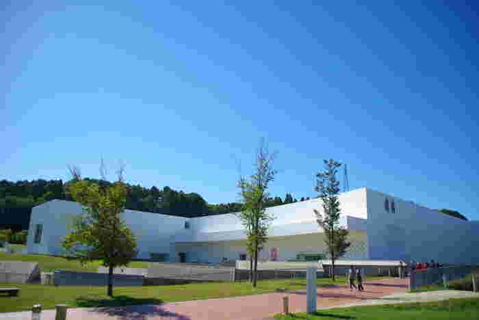 建築家の青木淳さんが手がけた青森県立美術館は、すぐ隣にある「三内丸山縄文遺跡」の発掘現場から着想を得て設計されました。