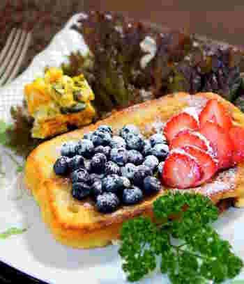 卵液に厚切りパンを丸1日浸して、弱火でじっくり両面を焼いた本格的なフレンチトースト。写真のようにフレッシュフルーツをどっさりのせるのも華やかで素敵ですね。おしゃれな朝食として、また大人のティータイムなどにも合います。