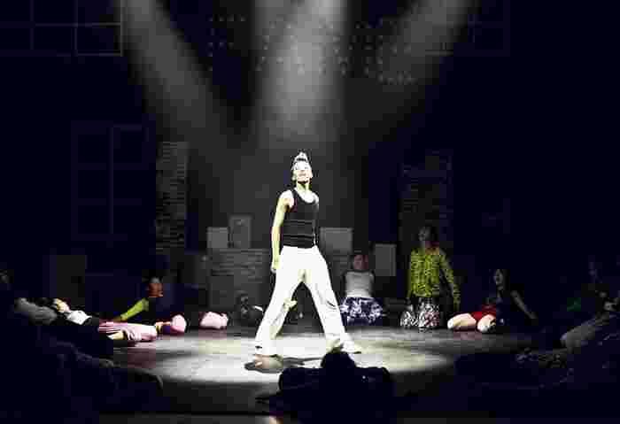 お芝居によって、セリフ回しや衣装、スポットライトや音楽の使い方など違いがあります。一度、観劇してみると案外はまってしまうかもしれません。